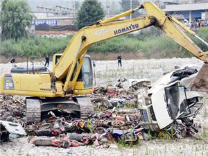 永利娱乐官网公安集中销毁369台报废无证机动车辆