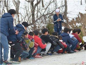 冬天的雪给周末的儿童带来了无比的快乐!