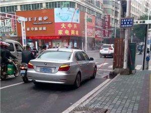"""茂名信宜新闻:宝马车街头冒白烟车主""""邓邓震"""" 网友:正常现象"""