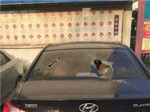 天�T中�t院附近八�v�的�身玻璃遭砸
