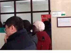 一女子拿70多张身份证今天到农行兑换纪念币!!!群众怒了