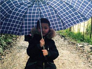 6�q小孩�楹物L雨中前行?�@��冬天不太冷――��姐正能量,用��嘏��@��世界