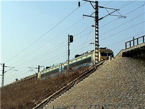 瓦日铁路上行驶的火车,第一次遇见。2016.1.18