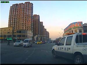 城管车辆直行道强插左转道,这就是城管执法。。。