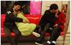 南京一地铁上两对情侣旁若无人亲热接吻