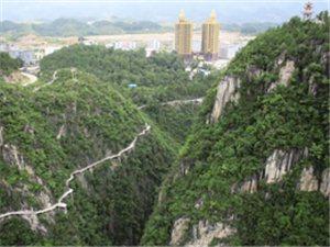 图说黔江丨上周末奇观,峡谷公园人从众、车䡛�Z。