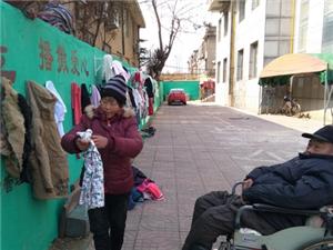 """临沂""""爱心墙""""满了 衣服堆在地上请挂一些当季衣服"""