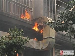 仪陇解放二安置区发生火灾 现场浓烟滚滚