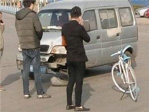 这自行车质量忒好了,把面包车撞坏了...