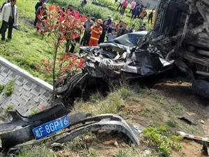 今天华容人民南路发生重大车祸,各位司机注意安全!