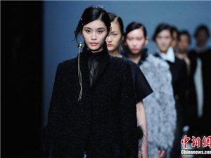 3月18日,2016深圳时装周在华侨城欢乐海岸拉开帷幕,模特演绎时装大秀