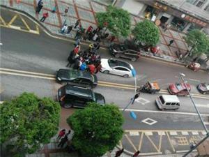 刚刚一点多的时候澜�P发生一起小车撞到行人事故