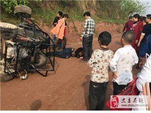 开卡丁车男子从高坡冲下来被撞伤