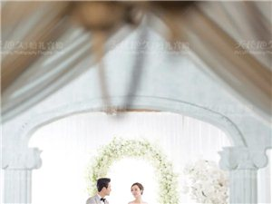 橱窗前,婚纱膨胀着莹洁而纯净的光
