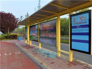 公交站台玻璃被砸 损坏现象令人发指