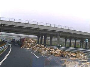揭西正能量,潮惠高速匝道货车侧翻,揭西烟草哥救援货车司机