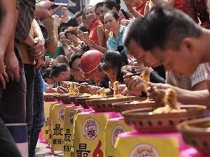 重庆街头市民挑战吃小面 冠军6分钟吃1斤半