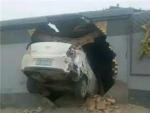蠡县一司机撞墙钻洞,毫发无伤
