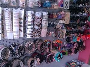 精品店转行低价卖展示柜和本店主营的饰品礼品全部最低