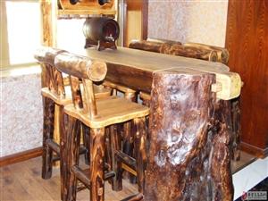 低价出售全新整棵树桩制作的实木吧台,带四把实木椅