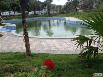 从江***的露天游泳池