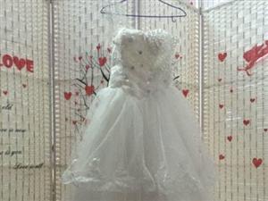 婚纱一件,单肩带的,很显瘦的