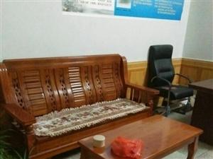 办公桌,电脑桌各一套另有床和椅子