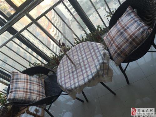 刚买的桌子椅子