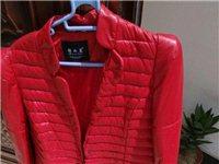 红色的羽绒服