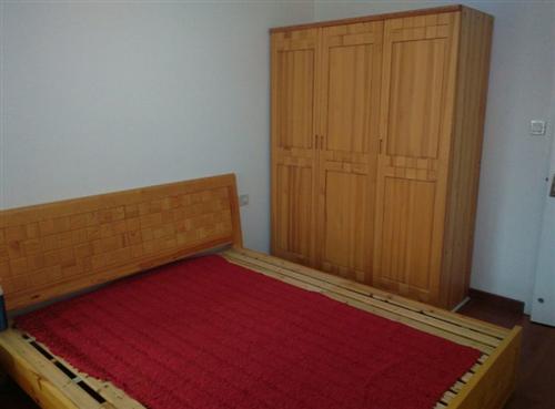 有一套香樟木的床、床头柜、橱子要转让
